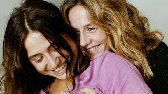 Delphine (Izïa Higelin) und Carole (Cécile de France, r) sind ineinander verliebt.