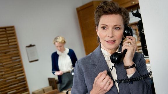Elisabeth Selbert (Iris Berben) telefoniert mit ihrem kranken Mann.