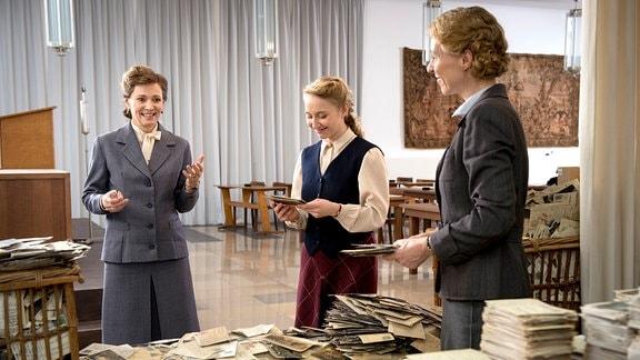 Elisabeth Selbert (Iris Berben) ist vollkommen erschlagen von den Bergen der Zuschriften auf ihren Radiobeitrag, den ihr Irma Lankwitz (Anna Maria Mühe) und Frau Michel (Julia Berrhold) stolz vorlesen.
