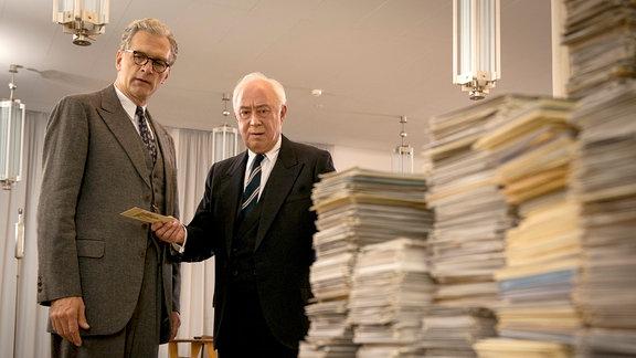 Albert Finck (Walter Sittler) und Theodor Heuss (Klaus Mikoleit) sind beeindruckt von dem ganzen Zuspruch der mit der Post für Selbert kam