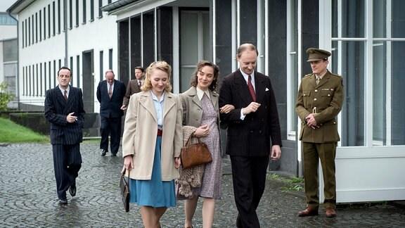 Lore und Kurt Mertens (Maja Schöne, Steffen Will) sind mit Irma Lankwitz (Anna Maria Mühe) auf dem Weg zur Verlesung des Grundgesetzes.