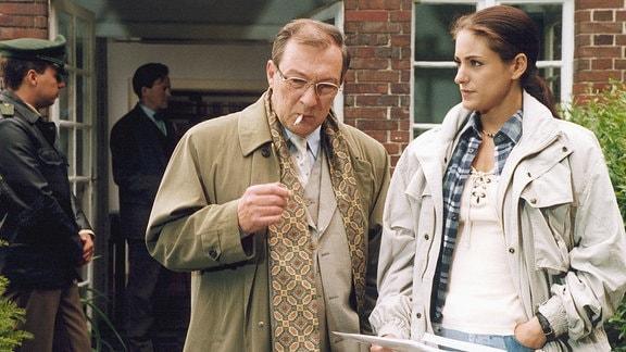 """Kommissar Schmücke (Jaecki Schwarz) und die Praktikantin """"Blümchen"""" (Alexandra Losito) entdecken bei ihren Ermittlungen einen Sumpf an Korruption und Erpressung."""