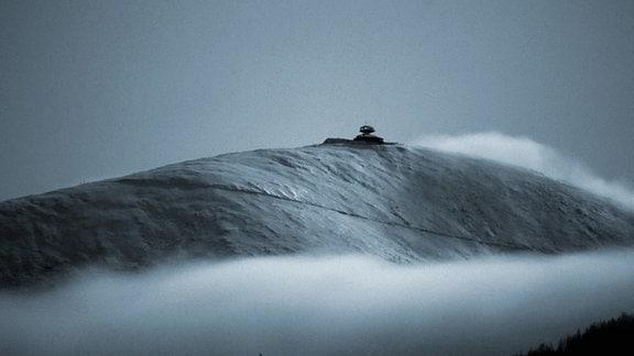Die Schneekoppe bei Mondschein.
