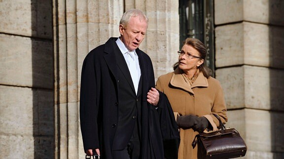 Frau Böhm (Senta Berger) wendet sich an den Staatsanwalt (Rainer Goernemann).