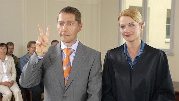 Der angeklagte Baulöwe Peter Ludwig (Udo Schenk, links) gibt sich im Gerichtssaal neben seiner Anwältin Corinna Becker (Doreen Jacobi, rechts) überheblich siegessicher.