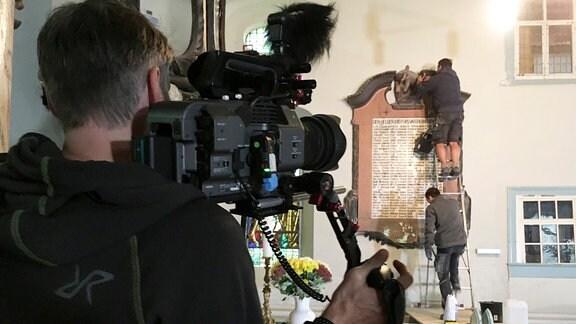 Die Dreharbeiten führten das Team in Kirchen, Burgen und Schlösser.