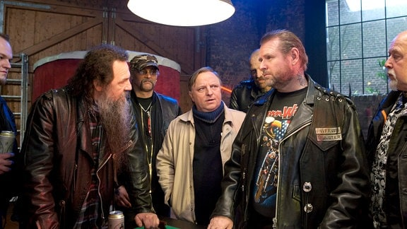 Die Spurensuche im Umfeld der Toten führt Kommissar Frank Thiel (Axel Prahl, M) auch zu den Wotan Wolves, einem berüchtigten Rockerclub mit Verbindungen zum organisierten Verbrechen.