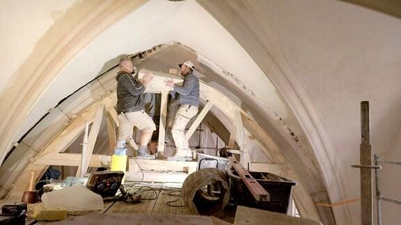 Immer wieder sind Steine aus den antiken Gewölberippen der St. Nikolai herausgebrochen und hinunter gestürzt. Durch die Sanierung soll das die nächsten Jahrhundert nicht mehr passieren.