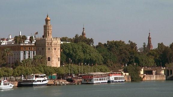 Blick auf Sevilla mit dem Torre del Oro, dem Goldturm.