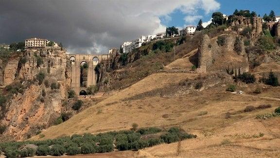 """Blick auf Ronda mit der Puente Nuevo, der """"Neuen Brücke""""."""