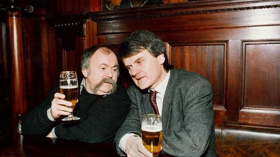 Die Leipziger Kabarettisten Gunter Böhnke (li.) und Bernd-Lutz Lange. Bernd-Lutz Lange und Gunter Böhnke präsentieren einen heiter-nachdenklichen Rückblick auf 30 wiedervereinigte deutsch-deutsche Jahre, der aktueller nicht sein könnte.