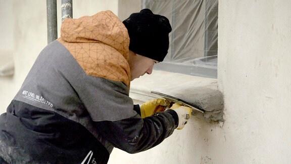 Lehrling Paul möchte Stuckateur werden. Seine Aufgabe: Der Feinschliff der neuen Fensterbänke am Marstall von Schloss Ivenack.