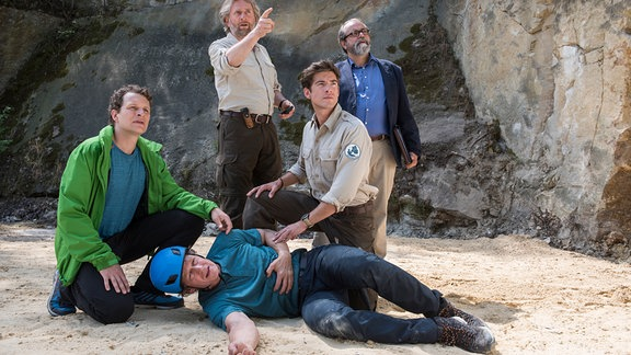 Bei einer Besprechung des zukünftigen Kletterparks im Nationalpark kommt es zu einem Unglück. Der Architekt Wegener (Erik Brünner) stürzt ab, weil jemand die Kletterhaken manipuliert hat.