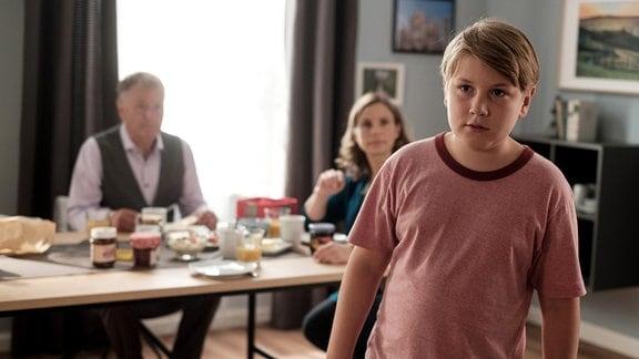 Hanno Brückner (Kasimir Brause, re.) findet in seiner neuen Patchwork-Familie nicht den richtigen Platz.