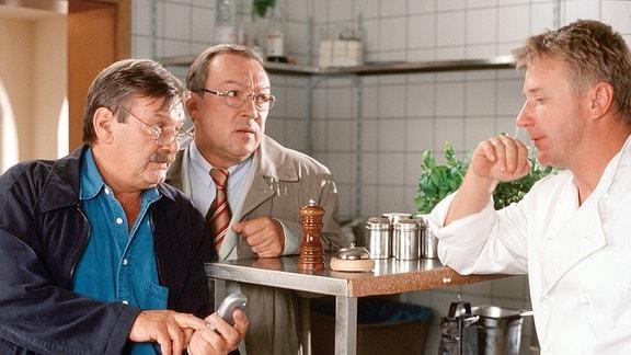 Die Kommissare Schmücke (Jaecki Schwarz) und Schneider (Wolfgang Winkler)hoffen, dass Marco Witte (Jörg Schüttauf) brauchbare Hinweise auf die Entführer seiner Frau geben kann.