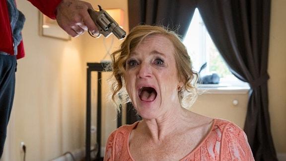 Zecke (Christopher Vantis) bedroht Marlies Schrey (Nina Petri) mit einer Waffe.