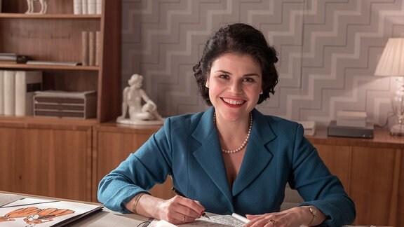 Katharina Wackernagel als Verlegerin Aenne Burda in ihrem Büro in Offenburg.