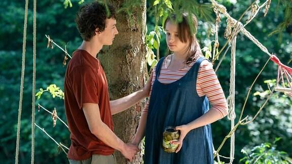Aus Angst, dass ihre Eltern ihnen ihr Kind wegnehmen, müssen Lena (Fine Sendel) und Julian (Jonathan Lade) sich einen neuen Plan überlegen.