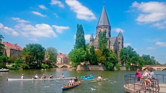 Die Innenstadt von Metz ist von Kanälen und Seitenarmen der Mosel durchzogen. Der Temple Neuf, eine evangelische Kirche, liegt auf einer Halbinsel im Fluss.