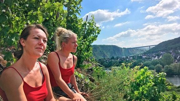 Rebecca Materne (lks.) und Janina Schmitt (re.) haben sich 2012 als Winzerinnen in Winningen selbstständig gemacht. Gemeinsam bewirtschaften sie einige der steilsten Hänge, die es an der Mosel gibt.
