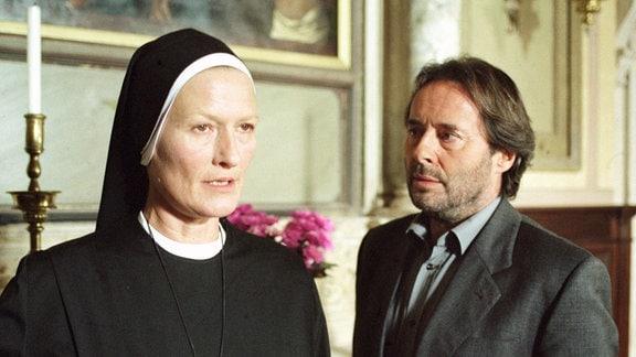 Commissario Brunetti (Uwe Kockisch) möchte einiges wissen von der Oberin (Suzanne von Borsody).