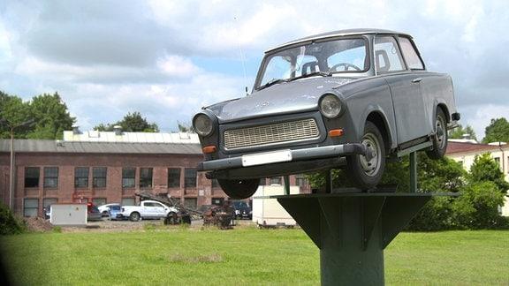 """Trabant-""""Denkmal"""" vor dem ehemaligen Automobilwerk Sachsenring, Zwickau."""