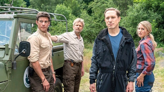 Nicht nur Rike (Eva Maria Grein von Friedl), auch Jonas (Philipp Danne) und Christoph (Jörg Witte) sind froh, dass Daniel (Timo Jacobs) nichts passiert ist.