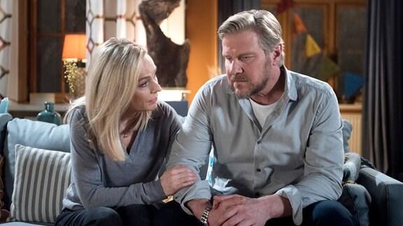 Mona (Jana Hora-Goosmann, l.) ist erleichtert, als Jens (Martin Luding, r.) sich ihr öffnet.