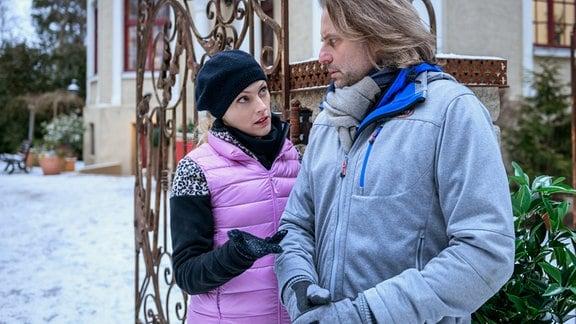 Rosalie (Natalie Alison, l.) erzählt Michael (Erich Altenkopf, r.) wie sie gegen Christophs Erpressung vorgehen will.