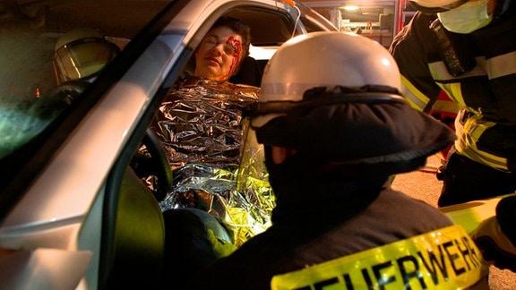 Simulierte Kopfverletzung - Feuerwehrschüler Gino Kuhn bei Nachtübung