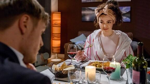 Shirin (Merve Çakır, r.) mit Max (Stefan Hartmann, l.)beim Dinner.
