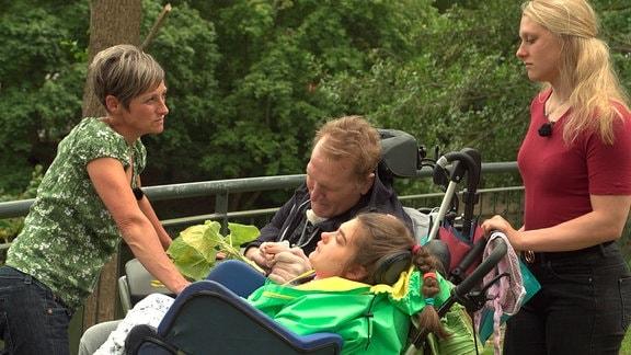 Familie Eggers unternimmt einen Ausflug. Auch Stinas Vater Jan muss nach einer schweren Krankheit rund um die Uhr betreut werden.