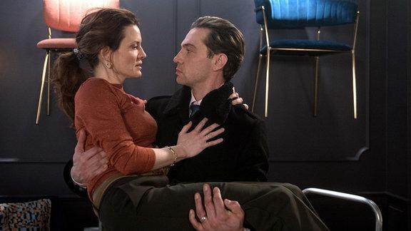 Tatjana (Judith Sehrbrock, l.) wird klar, dass sie immer noch Gefühle für Paul (Leander Lichti, r.) hat.