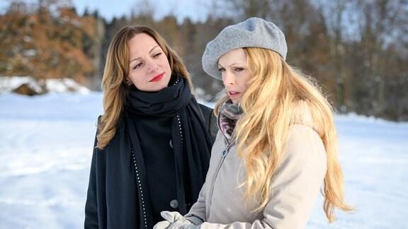 Ariane (Viola Wedekind, l.) verspricht Rosalie (Natalie Alison, r.), ihr das ungekürzte Video zu beschaffen.