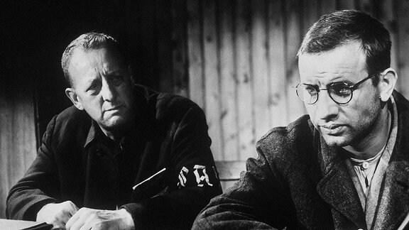 Der Lagerälteste Walter Krämer (Erwin Geschonneck, li.) und André Höfel (Armin Müller-Stahl)