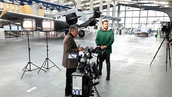 ECHT-Moderator Sven Voss vor einer Kamera.