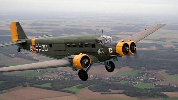 """Diese CASA, eine spanische Ju52-Produktion, flog längere Zeit in England und wurde dort unter anderem in Spielfilmen eingesetzt. Mit großem Aufwand restauriert ist sie heute mit der Bemalung der deutschen Nazi-Luftwaffe (ohne Hakenkreuze) in Frankreich ein """"fliegendes Museum""""."""