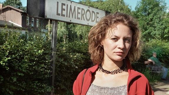 Ihr Erscheinen löst Unruhe aus: Was will Claudia Lorenz (Julia Thurnau) in der Stadt?