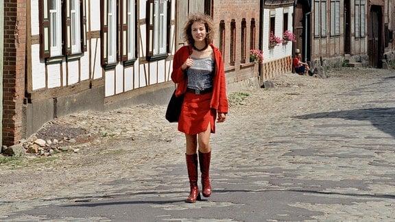 Claudia Lorenz (Julia Thurnau) weiss, was sie will: Selbstsicher geht sie durch den Ort - ahnt sie, welches Risiko sie damit eingeht?
