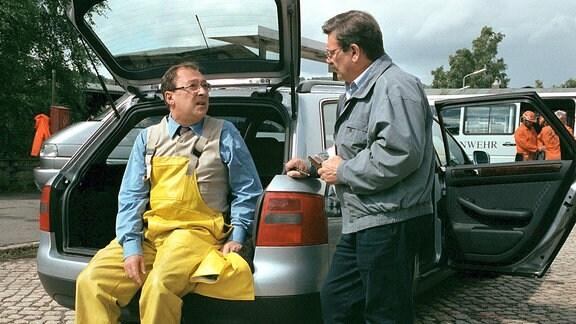 Kommissar Schmücke (Jaecki Schwarz) musste für die Ermittlungen unter Tage Schutzkleidung anlegen. Kommissar Schneider (Wolfgang Winkler) informiert ihn über den Stand der Ermittlungen.