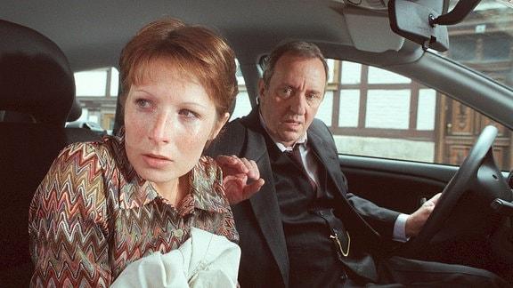 Dr. Beuse (Vadim Glowna) bringt seine Sprechstundenhilfe Birgit Kunze (Nadine Seiffert) mit dem Auto nach Hause. Birgit ist erschüttert, sie hat Angst.