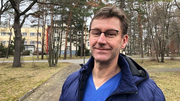 Chefarzt Dr. Jens Kraßler vor dem Fachkrankenhaus Coswig