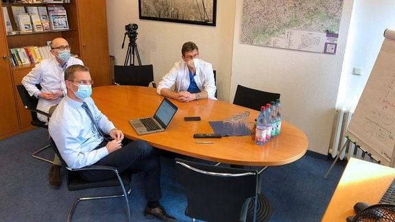 Schaltkonferenz der sächsischen Krankenhäuser zur Coronalage mit Dr. Jens Kraßler, Prof. Dr. Dirk Koschel und Geschäftsführer Viktor Helmers