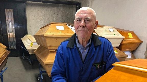 Rentner Ingo Thöring(76) hilft im Krematorium Meißen aus