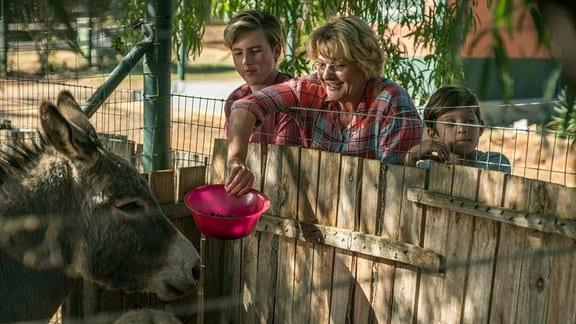 Kindermädchen Henni (Saskia Vester), Anton (Liam Bosman) und Linus (Finn Kenny)