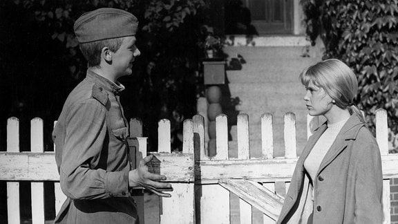 Günter in Uniform (Gert Krause-Melzer) mit seiner Freundin Christine (Dorothea Meissner)