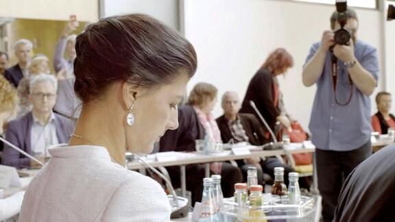Der Terminkalender von Sahra Wagenknecht platzt aus allen Nähten. Zum Arbeitsalltag der populären Linken-Politikerin gehören Interviews und Krisengespräche, Pressekonferenzen und Fotoshootings. Ein Leben mit Beifall und Bewunderung, aber auch extremem Druck und Zweifeln – ja sogar Intrigen und offenen Anfeindungen. Wagenknechts stärkster Antrieb ist der Kampf gegen das Erstarken der Neuen Rechten in Parlament und Gesellschaft.
