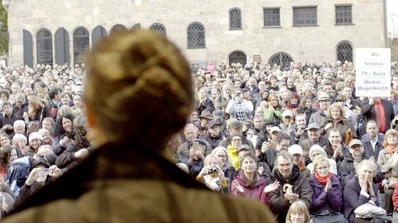 Der Terminkalender von Sahra Wagenknecht platzt aus allen Nähten. Zum Arbeitsalltag der populären Linken-Politikerin gehören Interviews und Krisengespräche, Pressekonferenzen und Fotoshootings. Ein Leben mit Beifall und Bewunderung, aber auch extremem Druck und Zweifeln – ja sogar Intrigen und offenen Anfeindungen. Wagenknechts stärkster Antrieb ist der Kampf gegen das Erstarken der Neuen Rechten in Parlament und Gesellschaft. Sahra Wagenknecht