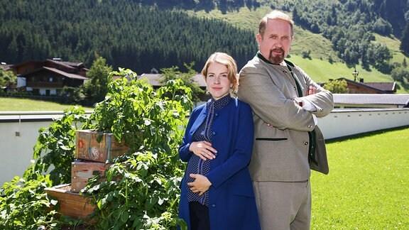 Svea Classen (Paula Kalenberg) und ihr Schwiegervater Joseph Pirnegger (Harald Krasnitzer)