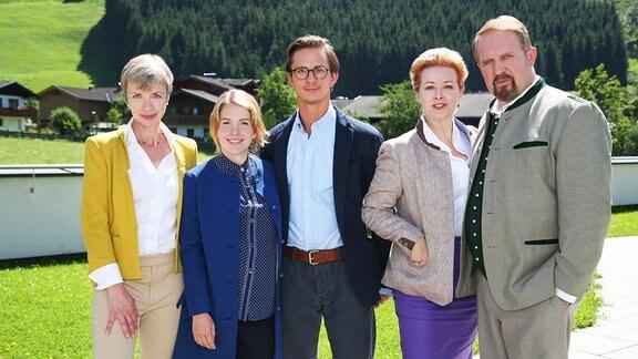 Von links nach rechts: Charlotte Classen (Anna Stieblich), Svea Classen (Paula Kalenberg), Peter Pirnegger (Sebastian Wendelin), Inge Pirnegger (Petra Morzé) und Joseph Pirnegger (Harald Krasnitzer).